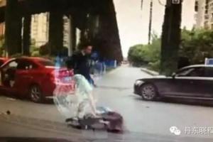 女司机超市门前停车堵四辆车,还打人自称律师,你觉得如何惩治