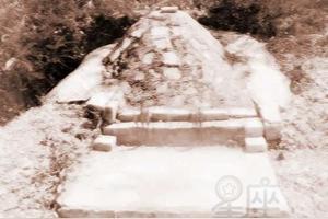 现有农村人家,为何有的人家祖坟上,每个坟墓都没有墓碑,而有的人家坟地坟前都有墓碑