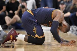 在激烈的NBA比赛中,球员遭遇尿急问题要如何解决呢?